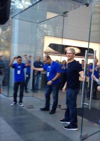 팀 쿡, 아이폰6 판매 첫날 매장문 직접 열어