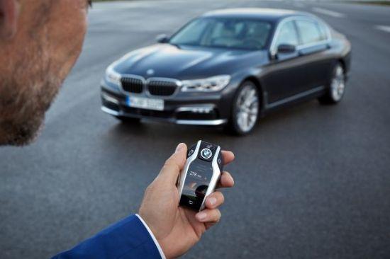 원격 주차 기능이 지원되는 BMW 디스플레이 키 (사진=BMW)