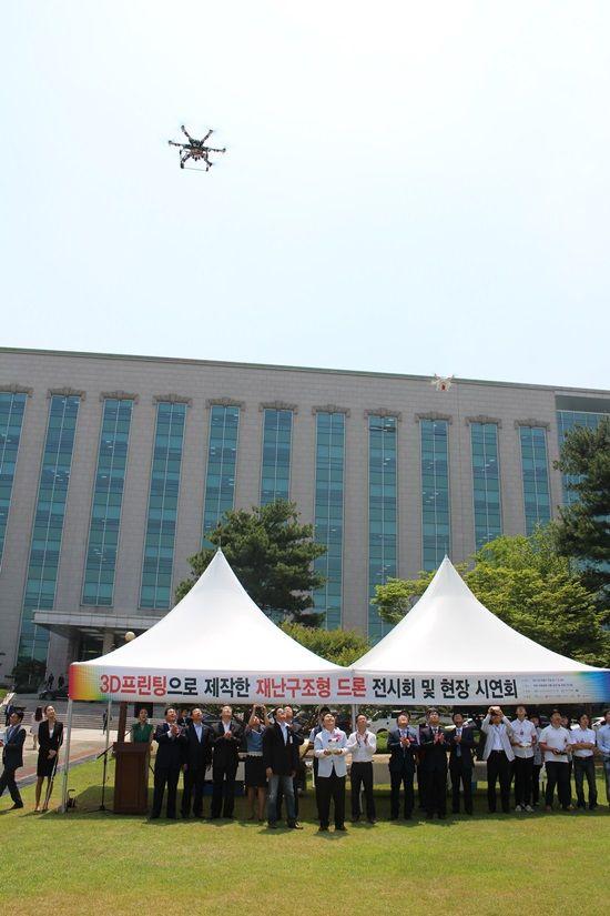 김무성 새누리당 대표, 홍문종 의원 등 인사들이 3D프린팅 재난구조용 드론 시연 모습을 바라보고 있다. (사진=지디넷코리아)