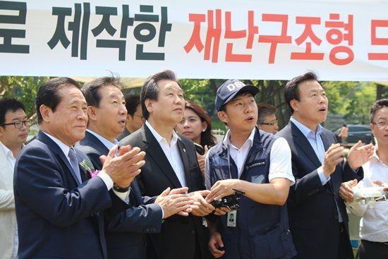 김무성 새누리당 대표가 직접 3D프린팅 재난구조용 드론 조종간을 잡아 직접 편대비행을 체험했다. (사진=지디넷코리아)