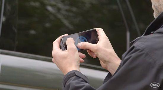 랜드로버 리모트 컨트롤 기술은 스마트폰 앱을 통해 핸들을 원격조종할 수 있다 (사진=랜드로버)