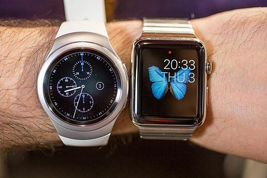 삼성기어S2와 애플워치. 두 제품은 상반된 디자인을 하고 있다. (사진=씨넷)