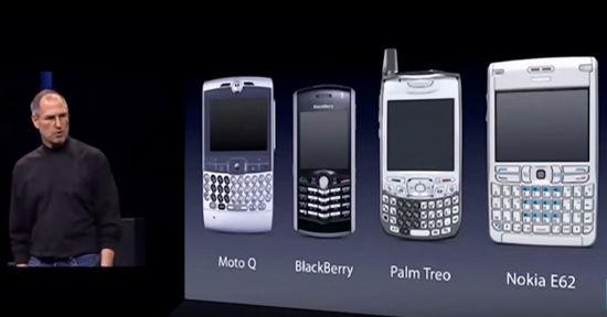 2007년 맥월드 행사에서 아이폰 첫 모델을 소개하던 스티브 잡스. 그 무렵 유행하던 키보드 장착형 스마트폰을 조롱하고 있다. (사진=유튜브 캡처)