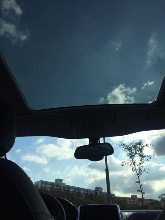 푸조 2008 등에 탑재된 파노라믹 글래스 루프. 가을 하늘을 즐기기에 좋다. (사진=지디넷코리아)
