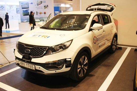 2015 창조경제박람회에 마련된 ETRI 스포티지 자율주행차. 차량 전반에 LIDAR 센서 등이 탑재됐다 (사진=지디넷코리아)