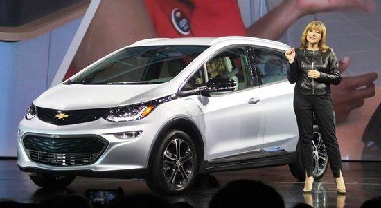 CES 2016 현장에서 쉐보레 볼트(Bolt) EV 양산 모델을 설명하고 있는 메리 바라 GM CEO(사진=지디넷코리아)