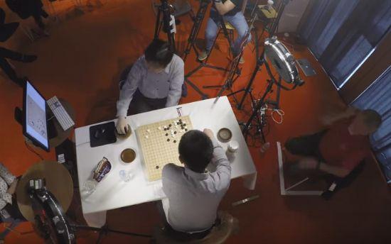 구글 알파고와 판후이 2단이 대국을 하는 장면. 알파고가 수를 놓으면 맞은 편에 앉은 사람이 대신 바둑판에 놔주는 형식으로 진행됐다. (사진=유튜브 캡처)