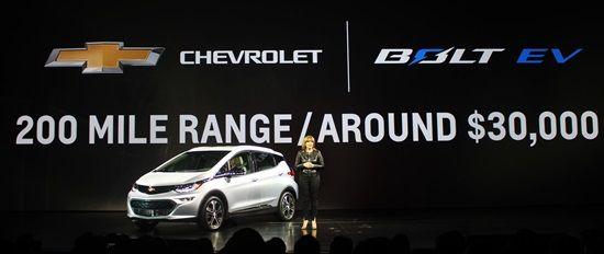 한번 충전으로 최대 321km까지 주행할 수 있고 3만달러 선에서 판매되는 GM 볼트 EV(사진=지디넷코리아)