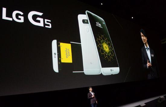 LG전자 MC사업본부장 조준호 사장이 21일(현지시간) 스페인 바르셀로나 '산 호르디 클럽'에서 열린 'LG G5 Day' 행사에서 전략 스마트폰 'LG G5'를 소개하고 있다.