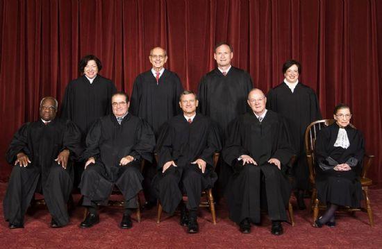 총 9명으로 구성된 미국 대법원 판사들. 앞줄 가운데가 존 로버츠 대법원장이다. 존 로버츠 대법원장 왼쪽에 있는 사람이 올초 별세한 안토닌 스칼리아 대법관이다. 이번 재판에선 스칼리아를 제외한 8명의 대법관이 참여했다. (사진=미국 대법원