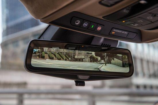 후방 카메라 화면을 실시간으로 볼 수 있는 캐딜락 CT6 탑재 디지털 룸미러 (사진=캐딜락)