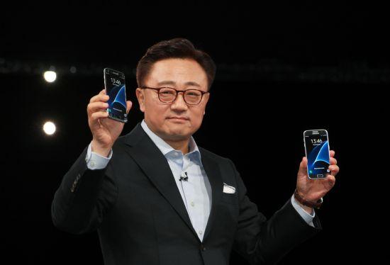 고동진 삼성전자 무선사업부장 사장이 '갤럭시S7'과 '갤럭시 S7 엣지'를 소개하고 있다. (사진=삼성전자)