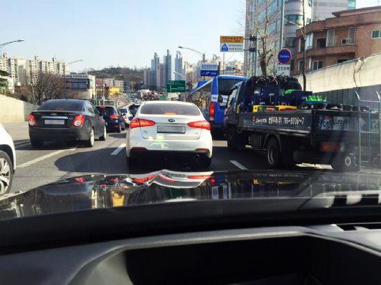도심에서도 무리없이 작동되는 BMW 뉴 7시리즈 자율주행 기반 기술. 하지만 갑작스러운 끼어들기를 감행하는 차량들의 움직임은 스스로 감지할 수 없다. (사진=지디넷코리아)