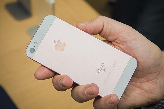 10일 국내에 출시된 애플의 4인치 보급형 스마트폰 '아이폰SE'. 아이폰SE의 크기 및 디자인은 아이폰5S와 거의 똑같다. (사진=씨넷)