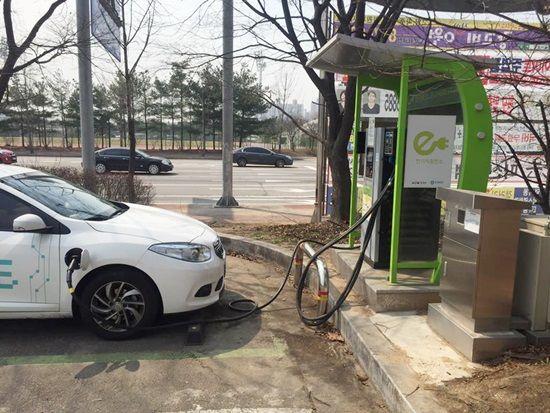 고양종합운동장 주차장에 설치된 전기차 충전기(AC 3상)로 충전이 진행중인 SM3 Z.E. (사진=지디넷코리아)