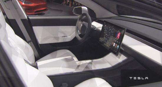 15인치 가로형 디스플레이가 탑재된 모델 3 프로토타입 내부. 로이터통신 등 주요 매체들은 LG디스플레이가 테슬라 모델 3 디스플레이 분야 유일 공급처라고 전했다. (사진=테슬라)