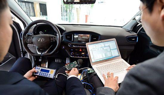 현대·기아차 연구소 직원들이 차량 네트워크 관련 부품을 테스트하고 있다(사진=현대·기아차)