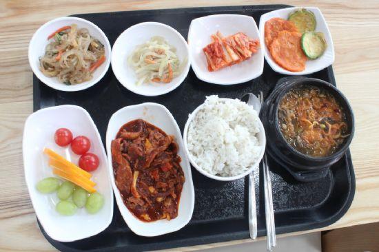 식당에서 제공하는 점심. 외래이용자는 5천 원의 비용을 지불해야 한다.