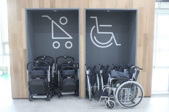 건물 곳곳에는 휠체어가 마련돼 있다.