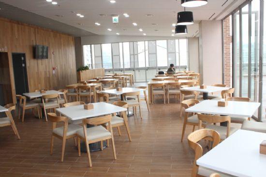 직원 및 외래진료 환자와 주민도 이용가능 한 식당.