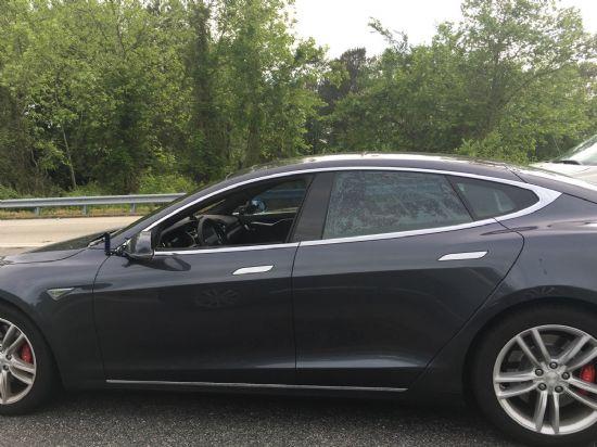 우리나라 교민 K씨가 미국 버지니아주 고속도로에서 촬영한 무인주행용 모델 S 사진.