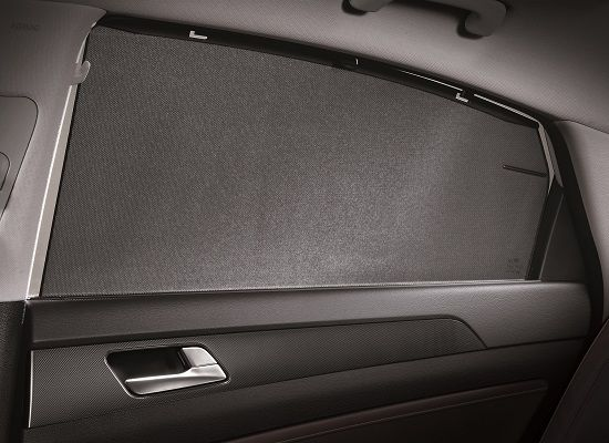 2017년형 쏘나타 '케어플러스' 트림에 적용된 뒷좌석 매뉴얼 사이드 커튼(사진=현대차)