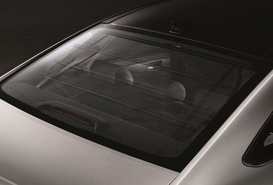2017년형 쏘나타 '케어플러스 트림'에 적용된 전동식 뒷면유리 커튼(사진=현대차)