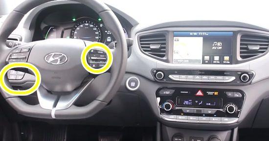 현대차 아이오닉 일렉트릭 원격주차용 차량 내부. 차체 스티어링 왼편에는 LKAS 버튼이 자리해있고, 스티어링 휠 오른편에는 ASCC 작동 버튼이 자리했다. (사진=지디넷코리아)