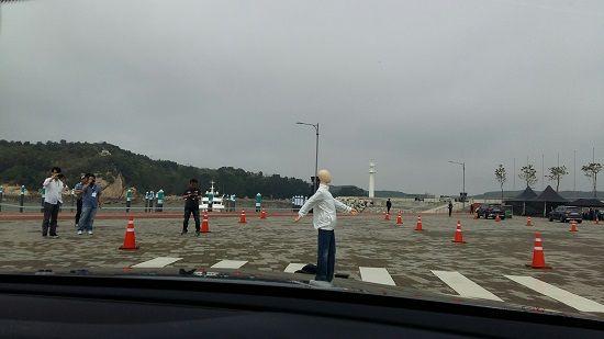 횡단보도에서 보행자 더미가 뛰어들자 차가 스스로 급정거한다(사진=지디넷코리아)