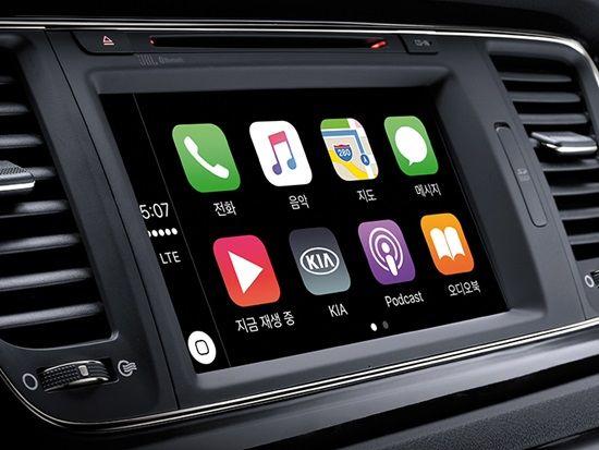 기아자동차 2017년형 카니발에 구동되는 애플 카플레이 화면. UVO 서비스 이용 고객이라면 카플레이를 쓸 수 있다. (사진=기이자동차)