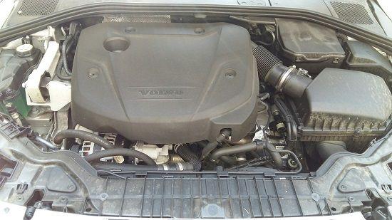 볼보 S60 크로스컨트리 D4 엔진룸(사진=지디넷코리아)