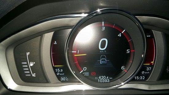 서울 양화로를 출발해 부산 벡스코에 도착한 뒤 확인한 게기판. 왼쪽 연료 게이지는 3칸이 줄었다. 평균 연비는 15.9㎞/ℓ(사진=지디넷코리아)