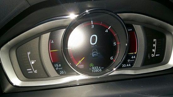 부산 벡스코에서 다시 서울 양화로에 돌아와 확인한 게기판. 중앙에 총 833.4km의 주행 거리가 표시돼 있다. 왼쪽 연료 게이지는 아직 2칸이 남아있다. 평균 연비는 15.8㎞/ℓ(사진=지디넷코리아)