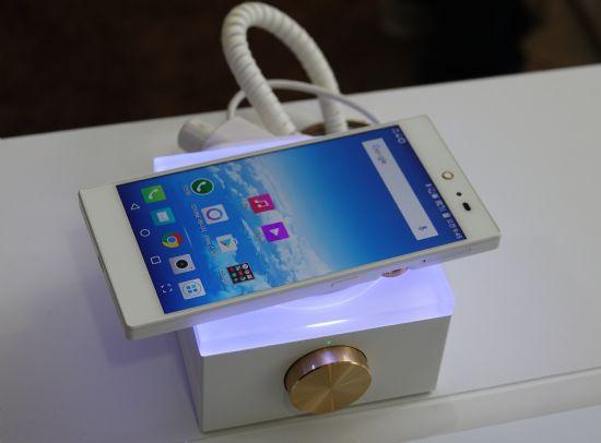 스톤에 팬택 IM-100 스마트폰을 올려놓으면 무선충전이 이뤄진다. (사진=씨넷코리아)