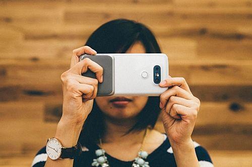 LG G5의 카메라 그립을 추가하면 더 쉽고 편안하게 사진 촬영을 할 수 있다. (사진=씨넷)
