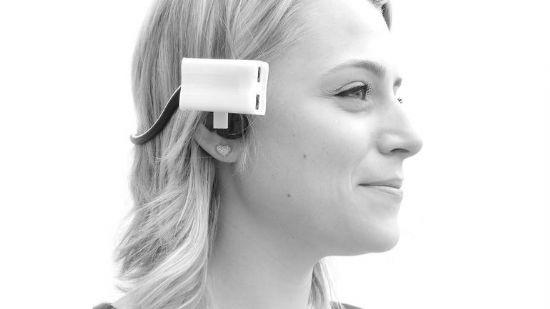 호루스는 헤드셋 형태 기기를 귀쪽에 착용하고, 소형 배터리 크기인 기기를 연결해 주위 사물들이 어느 정도 거리에 있는지 알려주는 시각장애인용 웨어러블 기기다.