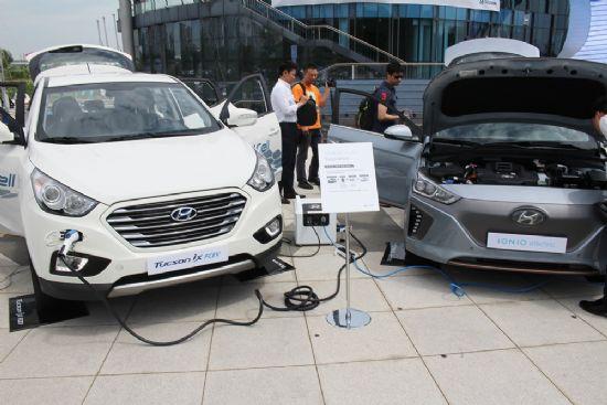 투싼 수소연료전지차를 활용해 이동형 충전 서비스를 시연중인 현대차. 현대차는 이 서비스가 오는 2018년 전국 모든 지역에 진행될 것으로 보고 있다. (사진=지디넷코리아)