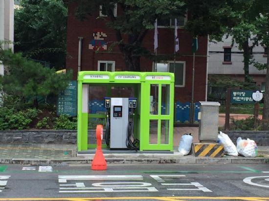 쓰레기 봉투가 바로 앞에 널려진 성동구 마장동주민센터 공중전화부스 전기차 급속충전기 모습 (사진=지디넷코리아)