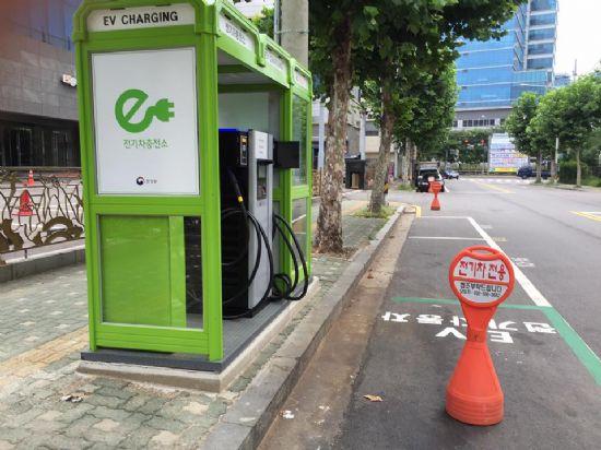 서울시 금천구 가산동 제일모직아울렛 건너편에 위치한 공중전화부스 전기차 급속 충전기. '전기차 전용'이라고 새겨진 입간판이 세워졌다. (사진=지디넷코리아)