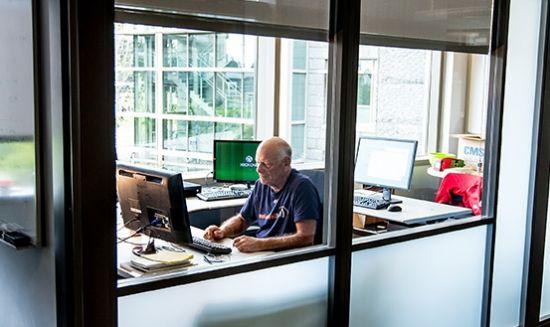 MS 사무실에서 근무중인 데이브 커틀러 펠로우(출처:마이크로소프트)