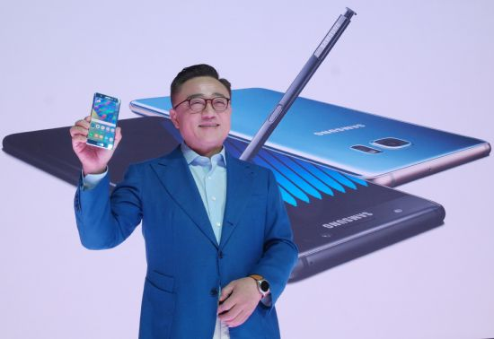 고동진 삼성전자 무선사업부장 사장이 신제품 갤럭시노트7을 소개하고 있다. (사진=삼성전자)