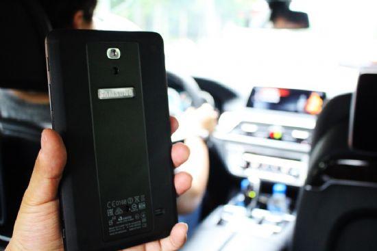BMW 7시리즈 '터치 커맨드 시스템'으로 활용되고 있는 삼성전자 태블릿 (사진=지디넷코리아)