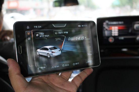 삼성전자 태블릿으로 차량 주행 상태, 공조 버튼 조절, 조명 설정을 할 수 있는 BMW 7시리즈 (사진=지디넷코리아)