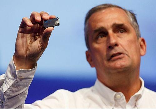 크르자니크 인텔 CEO는 IDF2016에서 초소형 컴퓨터 모듈을 선보였다. (사진=씨넷)
