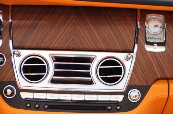 센터페시아 오른편 부근에 위치한 시계를 통해 이 차가 롤스로이스 '던(DAWN)'임을 느낄 수 있다. (사진=지디넷코리아)