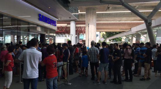 19일(현지시간) 싱가폴 웨스트게이트(Westgate) 몰에 위치한 삼성 스토어에서 제품 구매를 위해 줄선 고객들 (사진=삼성전자)