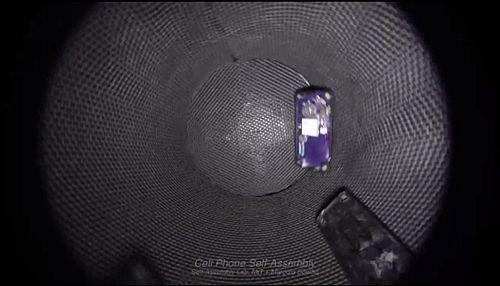 회전하는 텀블러에서 자동으로 조립되는 휴대폰(사진=동영상 캡쳐)