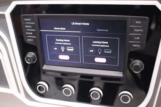 '스마트홈' 기능이 내장된 내비게이션 시스템, IFA 2016에 전시된 이 시스템은 폭스바겐 차량의 내비게이션 형태를 기초로 제작됐다. (사진=지디넷코리아)