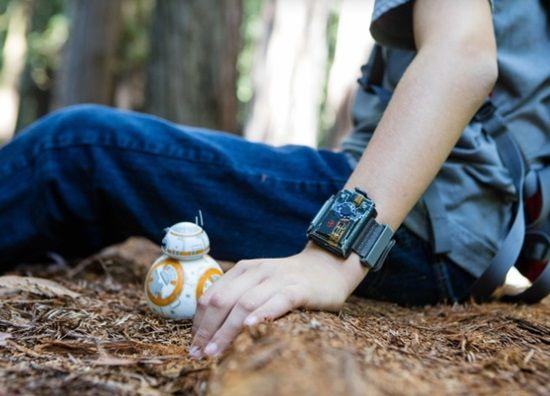 미국 스페로(Sphero)가 선보인 장난감 'BB-8 드로이드'(좌)와 손목 부착형 컨트롤러 '포스 밴드'.
