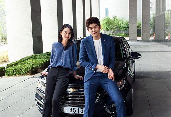 크루즈의 새 광고 모델로 발탁된 배우 신혜선과 윤균상이 포즈를 취하고 있다(사진=한국GM)